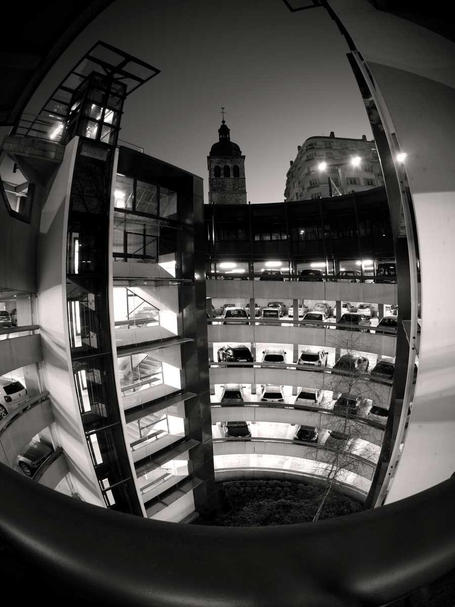 Photo noir et blanc parking